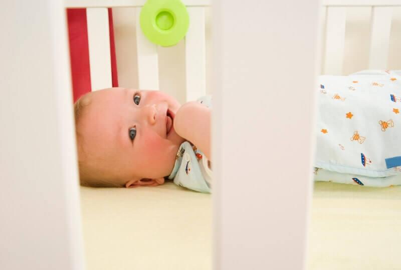 ベビーベッドにいる赤ちゃんの写真