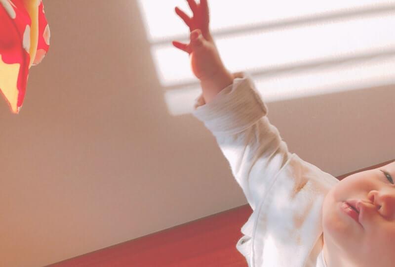 ハイハイの練習法④片手を上げる練習