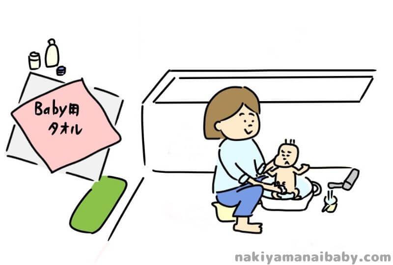 新生児~生後2ヶ月頃、たらいを使った沐浴をする赤ちゃんのイラスト
