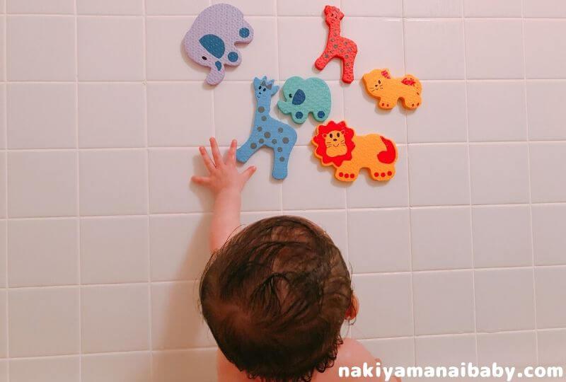 生後9ヶ月頃、お風呂用おもちゃで遊ぶ赤ちゃんの写真