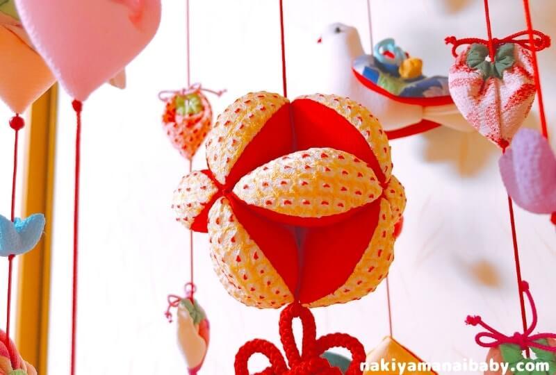 母の手作りひな祭りのつるし飾り「七宝まり」の人形の写真