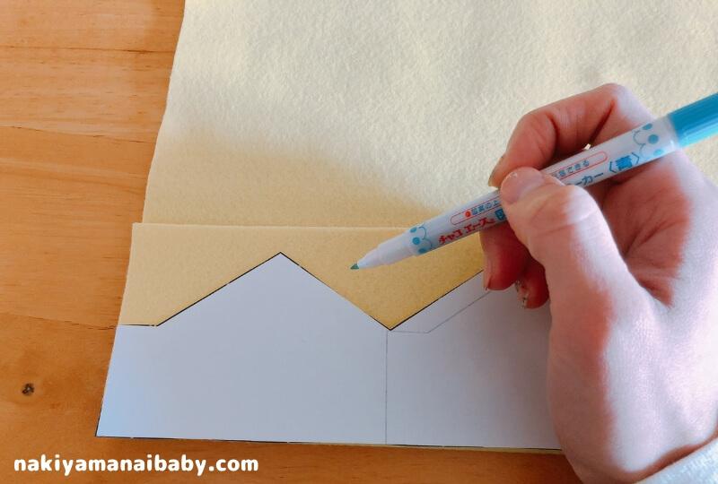 フェルト王冠の作り方、型紙に沿って印をつける写真