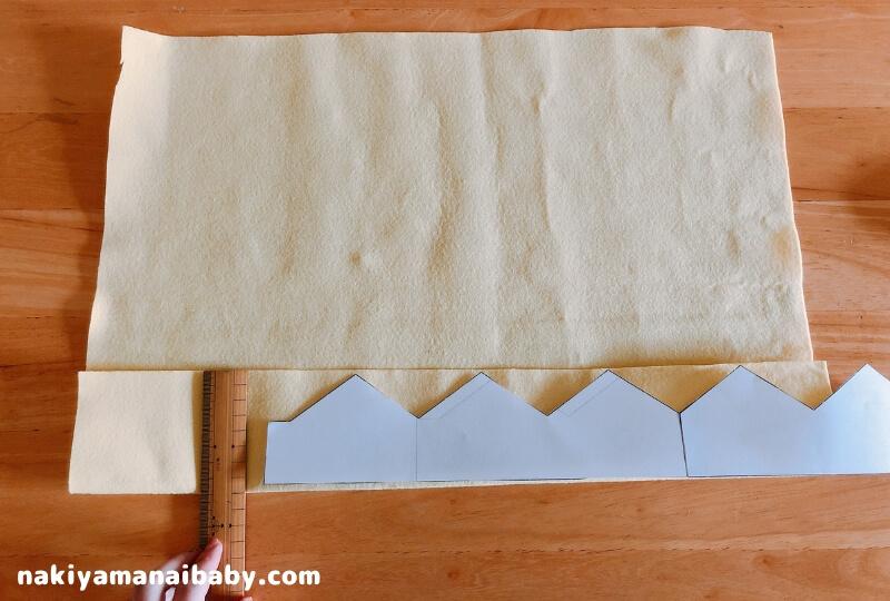 フェルト王冠の作り方、フェルトを半分に折る写真
