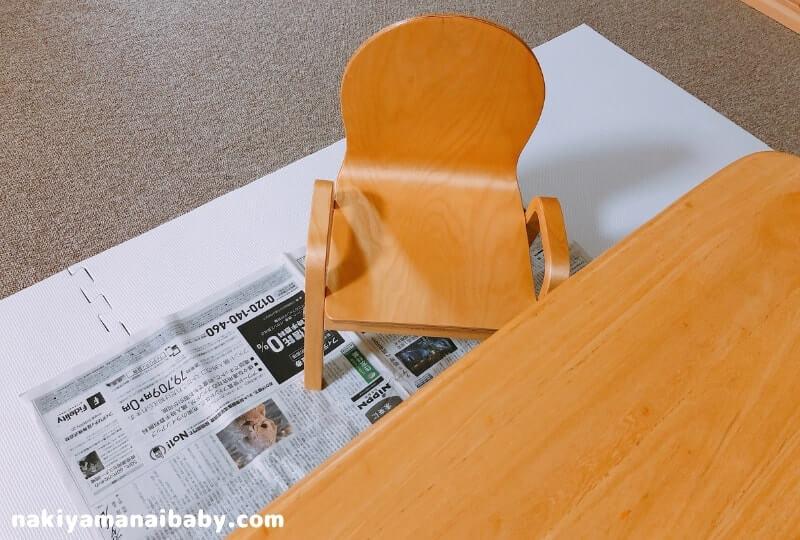 テーブルの下に新聞紙を敷いた写真