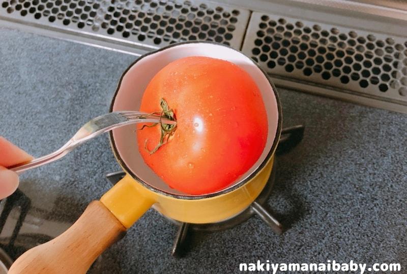 トマトを湯むきする写真