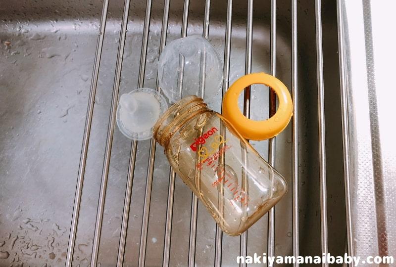 1、洗剤で哺乳瓶や乳首をよく洗います。