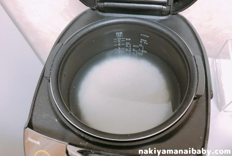 炊飯ジャーにお米と水を入れ浸水させる写真