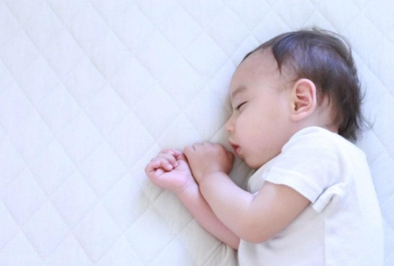 げっぷが出ない時の対処法【横向きに寝かす】