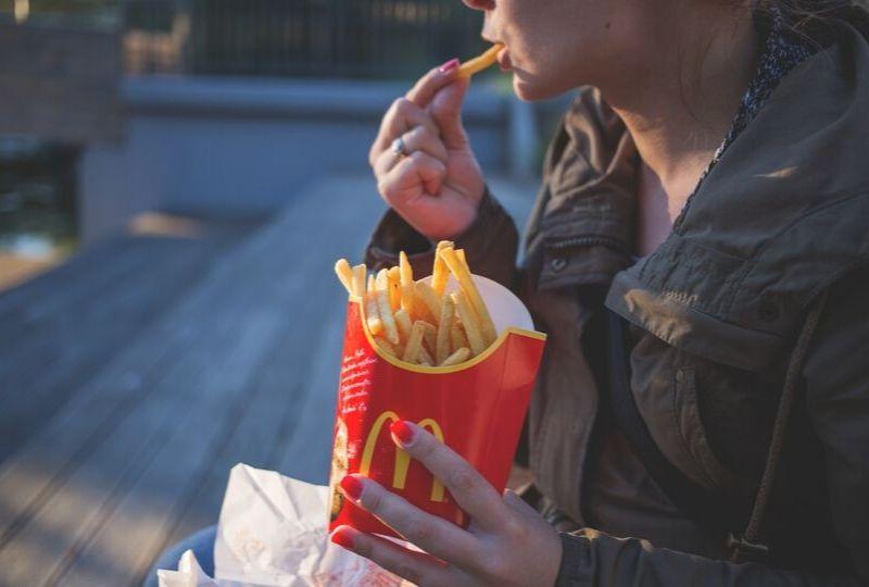 フライドポテトを食べる写真