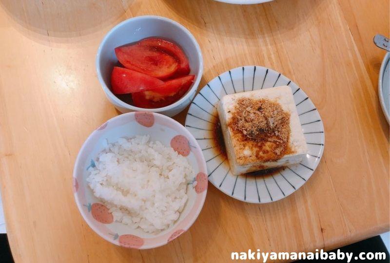 つわり飯、ご飯、トマト、冷奴の写真