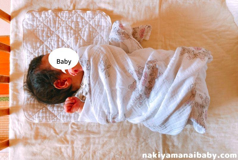 おくるみに包まれた赤ちゃんの写真