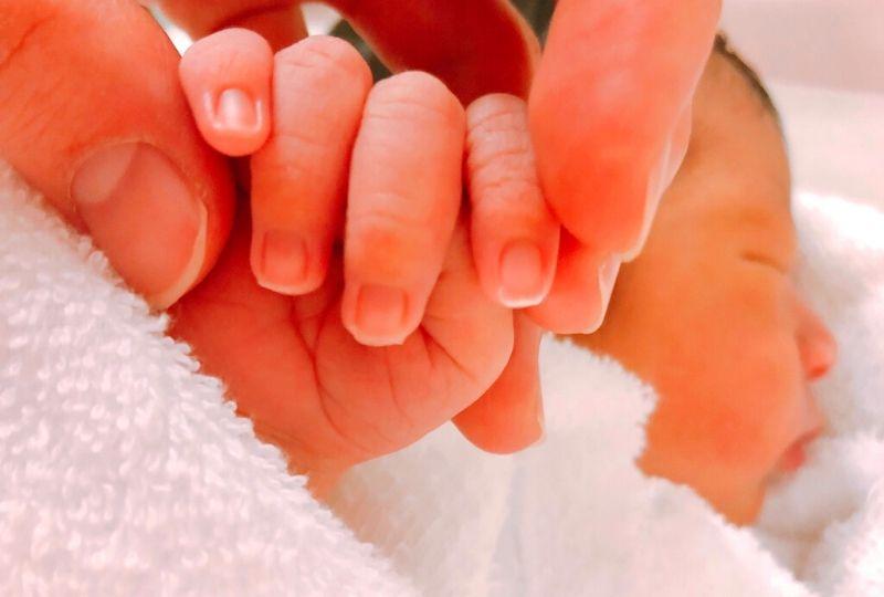 爪が伸びた赤ちゃんの写真