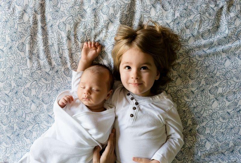 赤ちゃんと上の子の写真