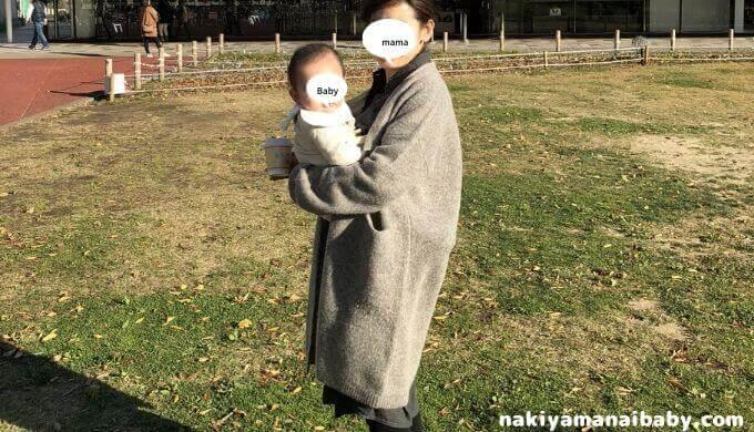 スリング、キャリーミー!で赤ちゃんを縦抱きする写真