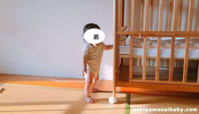 和室でたっちする赤ちゃんの写真